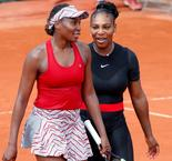 Tennis: Venus Williams passe et retrouve Serena
