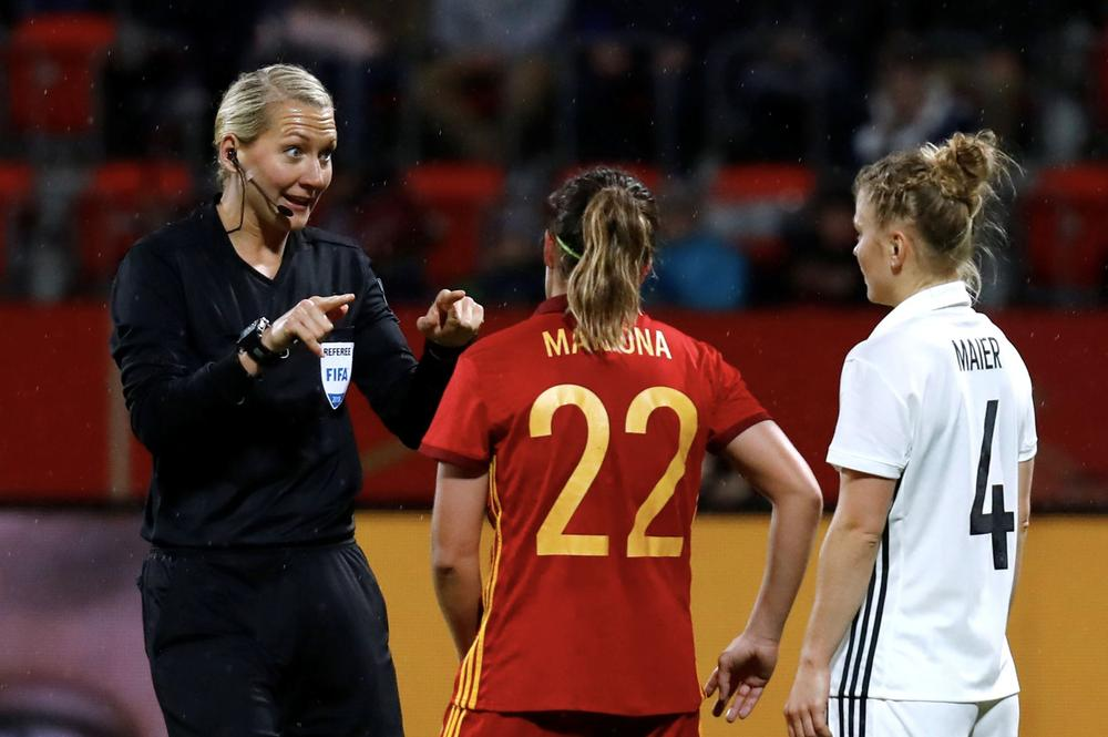 November 13, 2018 Germany's Leonie Maier and Spain's Mariona with the referee REUTERS/Kai Pfaffenbach