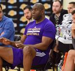Magic Johnson renuncia a los Lakers
