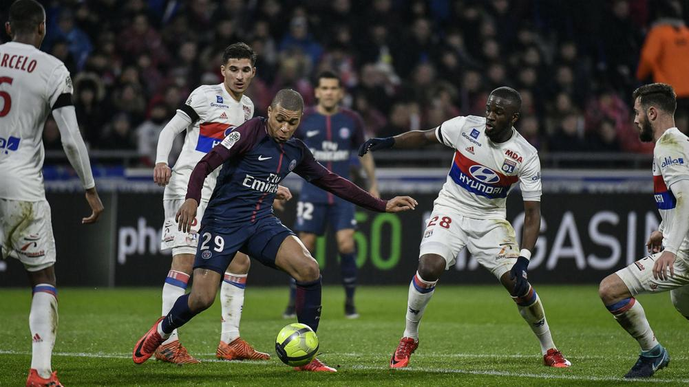 Memphis Depay Scores Injury Time Screamer As Lyon Defeat PSG — Watch