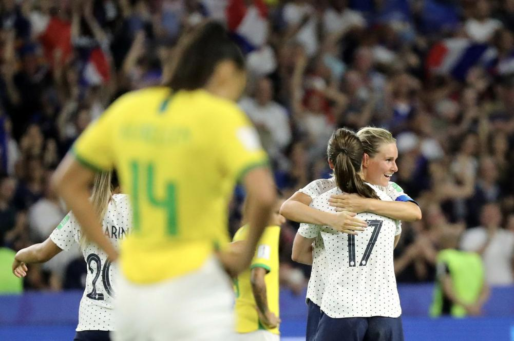 Soccer Football - Women's World Cup - Round of 16 - France v Brazil - Stade Oceane, Le Havre, France - June 23, 2019 France's Amandine Henry and Gaetane Thiney celebrate at the end of the match while Brazil players look dejected | beIN SPORTS