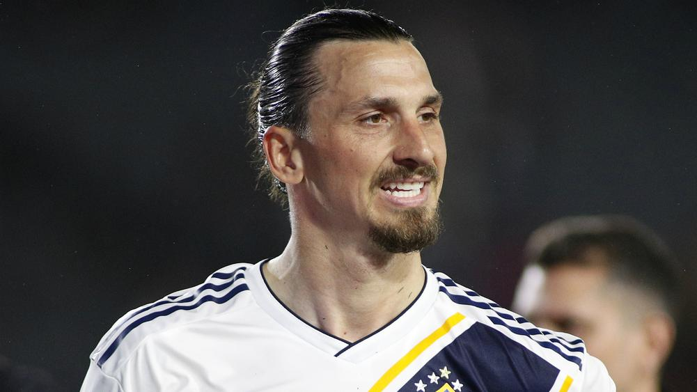afcfd4829ec Ibrahimovic Nets Late Winner After Galaxy Unveil Beckham Statue