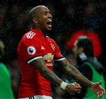 Man Utd: Young prolonge