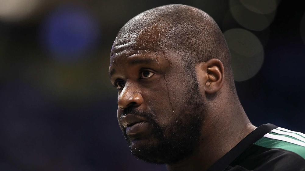 Shaq wears Lakers championship ring to Heat ceremony class=