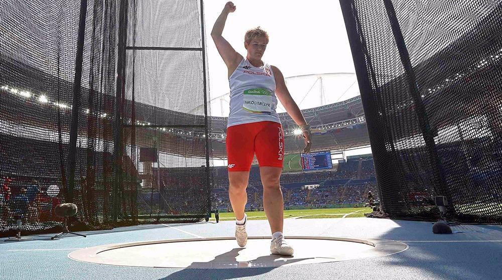 Wlodarczyk shatters world record for hammer gold