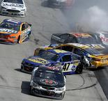 Kenseth dodges 18-car wreck, Kyle Larson to win at Dover