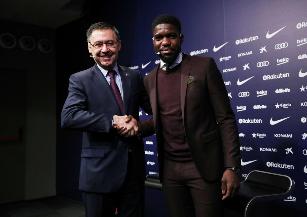 Barcelona president Josep Bartomeu shakes hands with Samuel Umtiti after the France international signs a contract extension until 2023, June 4, 2018 | beIN SPORTS USA