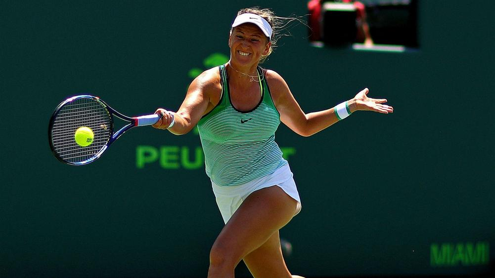 Azarenka won the first victory after the resumption of his career